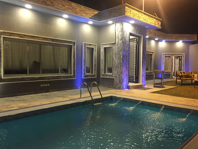 Pool, outdoor seating & large guest room (~20 ppl)