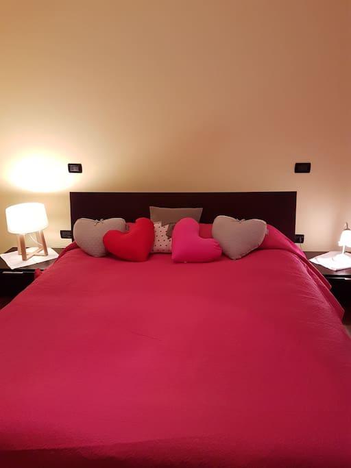 bedroom: a queen size bed