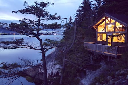 Waterfront Cabin. Social distance with a view:)