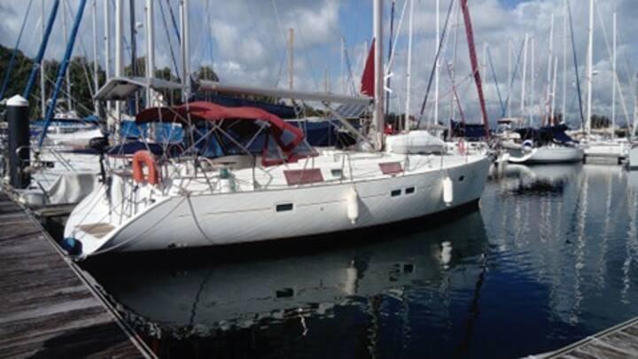 Cabine double  sur voilier oceanis 411 a quai