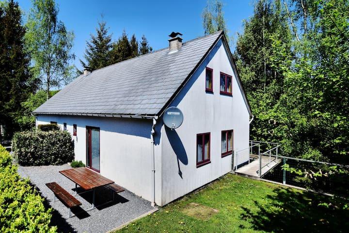 Casa modesta, accogliente e confortevole con ampio giardino