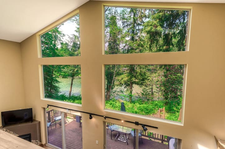 Big Foot Hideout w/ 2 story magnificent river view & spa for up to 8+pets