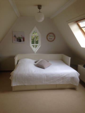 Ruime, lichte zolderkamer - Apeldoorn - House