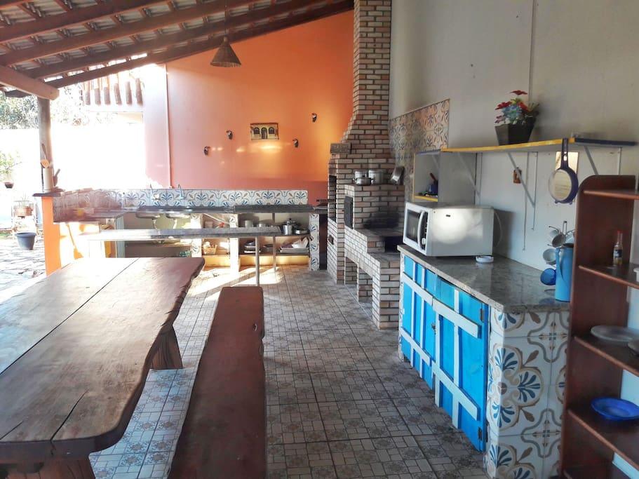 Cozinha ampla e com utensílios livre para os hóspedes.