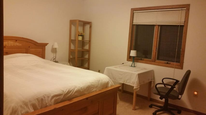 room open in clean house - Roseville - Ev