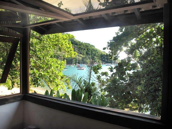Casa na orla da praia, em Picinguaba, até 4 p.