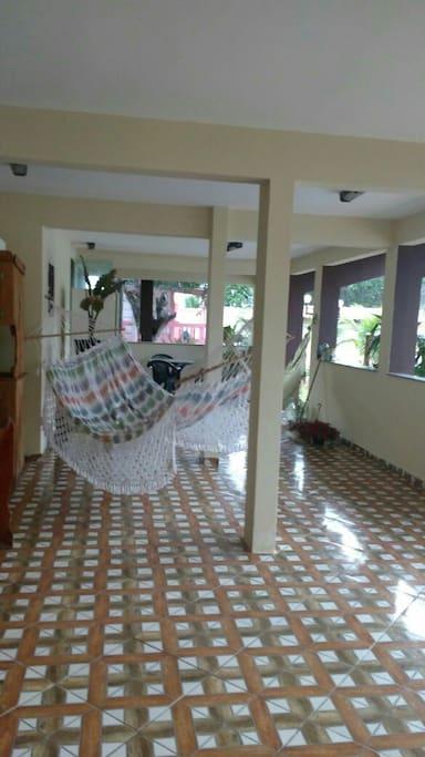 Salão Grande de Festa com rede e duas mesas Grandes.
