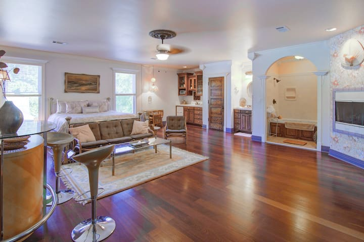 Luxury King Carriage House Suite w/Jacuzzi Tub