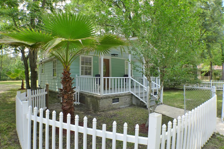 Private Charming Renovated Cottage - Summerville - House