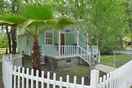 Private Charming Renovated Cottage - Summerville