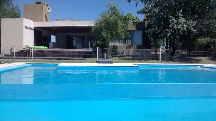 Casa con pileta y lago. Parque de 1300 mts2.