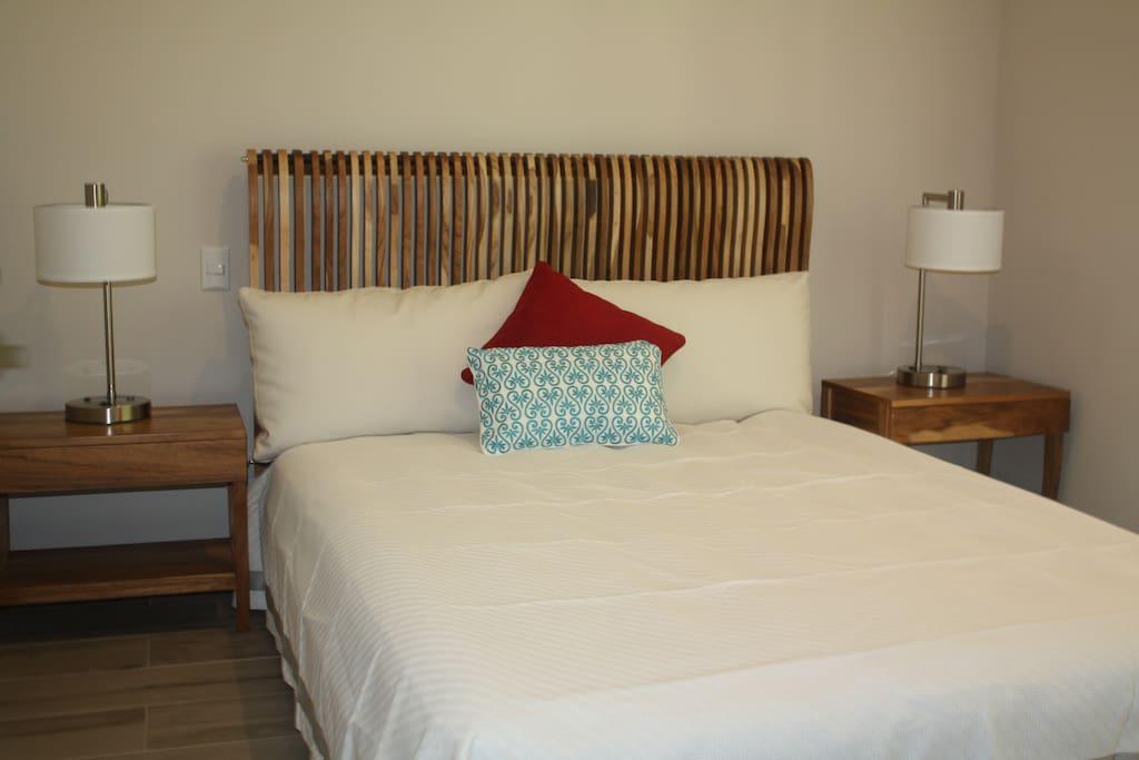 Both apartments have this bedroom with a queen bed. Ambos apartamentos tienen este cuarto con una cama queen.