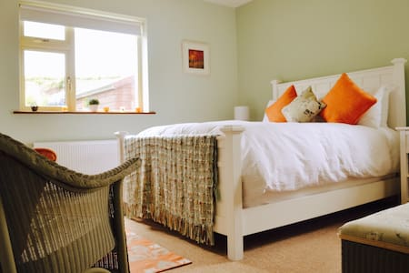 Comfortable double en-suite bedroom with TV - Westport
