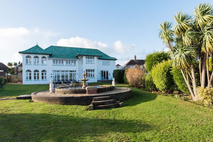 Bygone splendour in a Magnificent Art-Deco House