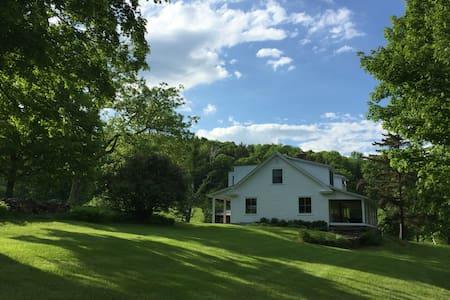 HyAcres Farmhouse - BARNARD - Rumah