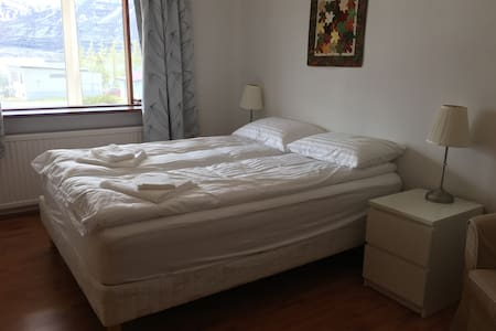 Nice bedroom for two - Reyðarfjörður - Apartment