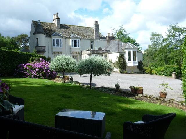 Rinnes - Double/Twin/Family En-suite Room in Victorian Guest House in Speyside