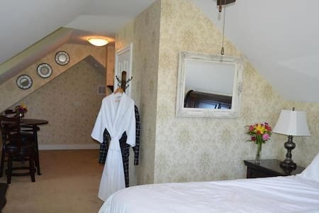 Queen-Signature-Ensuite-Countryside view-The Nest