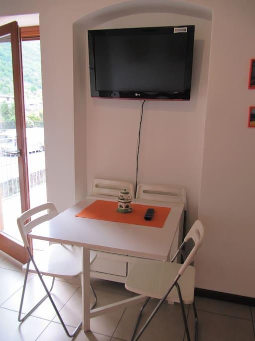 La cucina è dotata di un tavolo allungabile  x 6 persone e di sei sedie. Appesa al muro trovate una televisione 32 pollici!