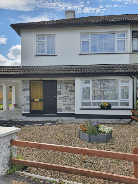 4 bedroom residential home located in Clarecastle, on the outskirts of Ennis.  Suitable for couples and families.