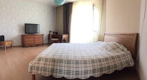 Спальня 1. Площадь 23 кв.м., Огромная кровать, телевизор (кабельное телевидение) wi-fi, балкон второй этаж частного дома. Bedroom 1. 23 square m, huge bed, tv, wi-fi, terrace.