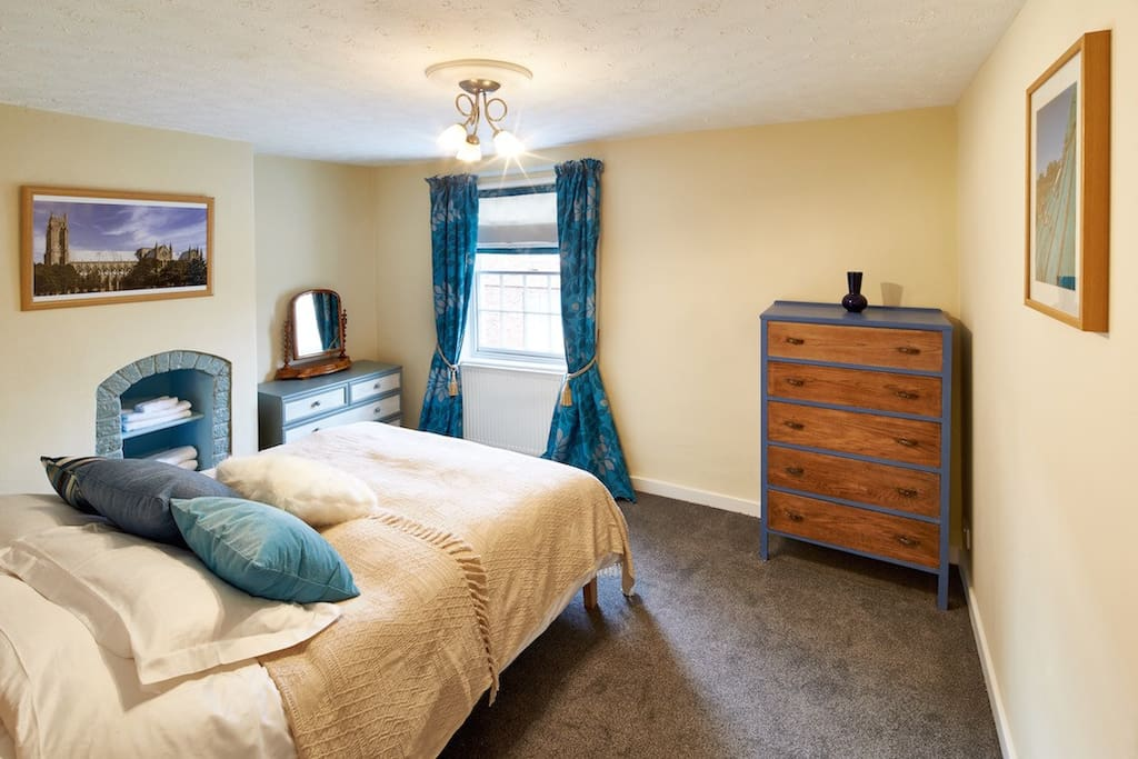 King Size Bedroom: king-size bed, trouser press, and 100% Egyptian cotton bedding.