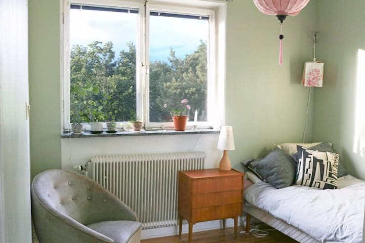 Cosy room in art neighborhood 10 min from Söder