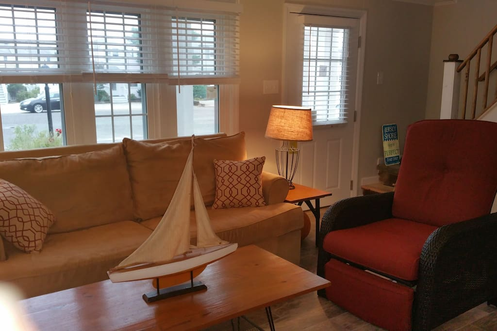 LIVING ROOM-seating for 5 plus 2 bar stools. Flat screen tv.