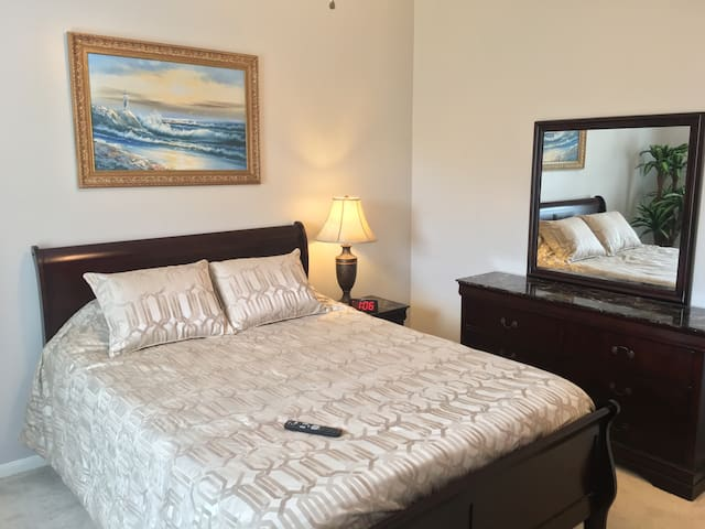 Downstairs Private Room & Bath by Medical Center - Pearland - Maison