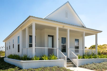 Luxury Stay in Elegant 1BR House on Lake Alfred!