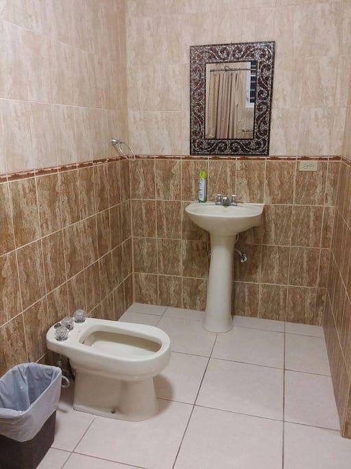 """1 de los 2 baños. Este tiene """"bidet"""" y ducha."""
