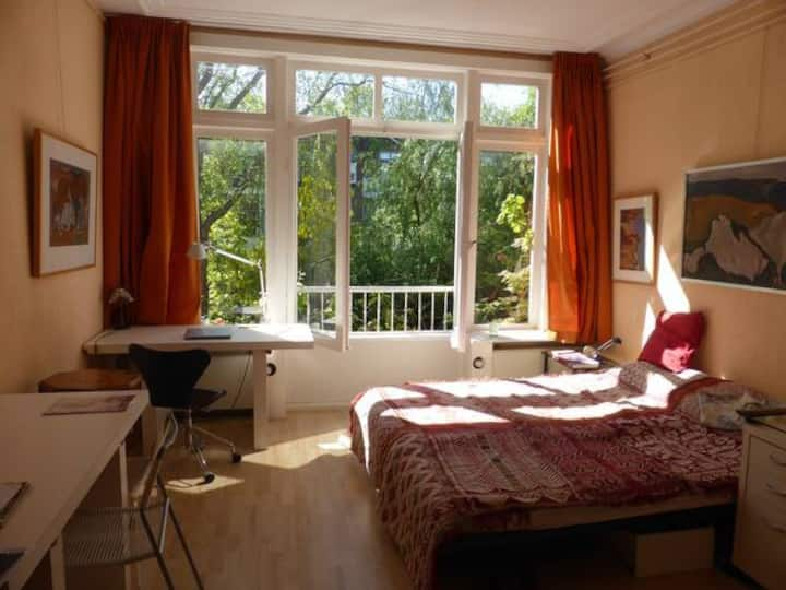 Spacious room Garden Side close to city centre