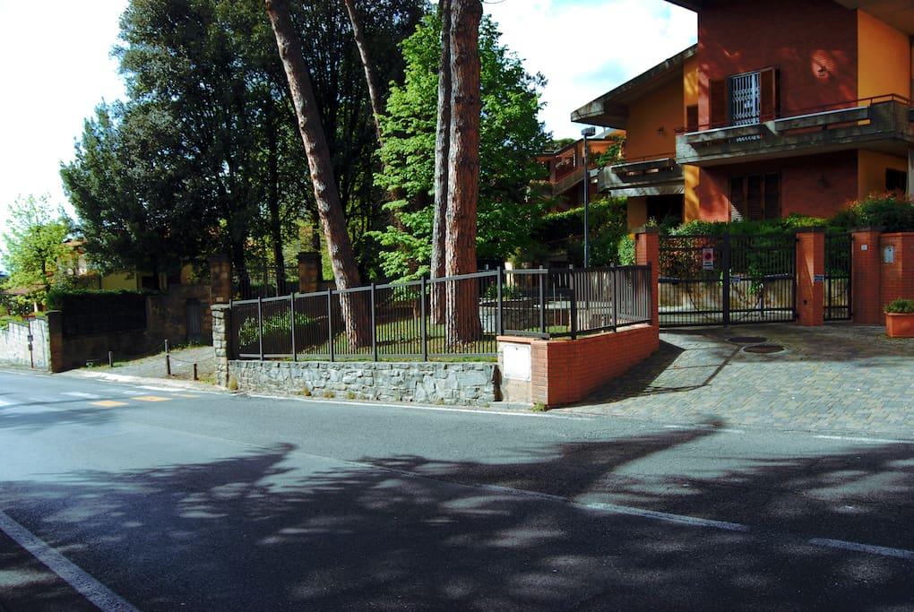 Entrata del vialetto (si può vedere la fermata del bus)