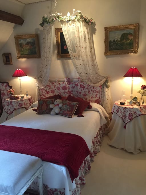 Chambre avec lit de 140, Tv , placard et salle d'eau .