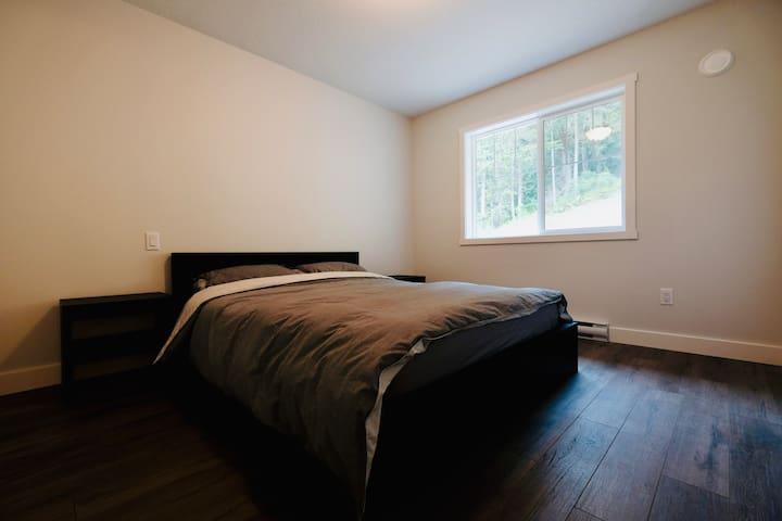 Cozy queen size bed, nightstands and dresser.