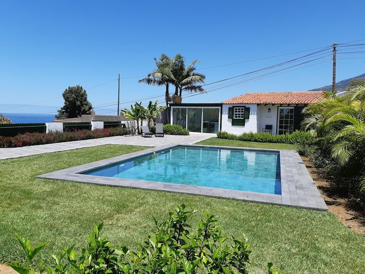 Romantic getaway, luxury cottage with private pool