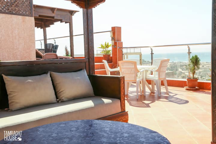 Luxury Apartment with Balcony Overlooking the Sea!