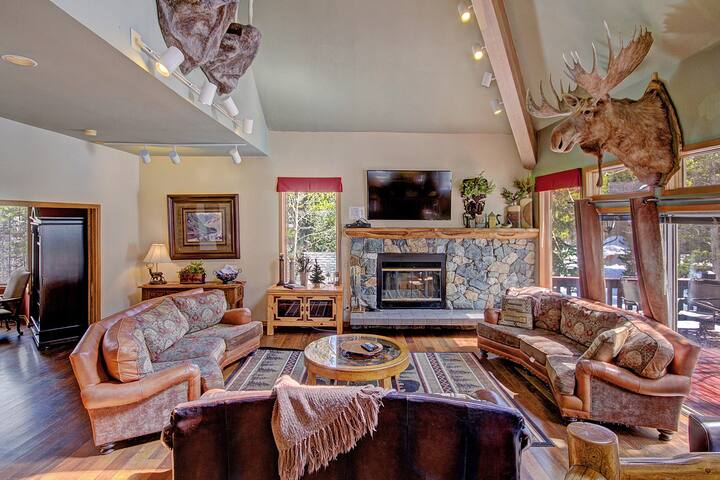 Huge Home, Sleeps 32, Private Hot Tub - Gold King Lodge by SkyRun