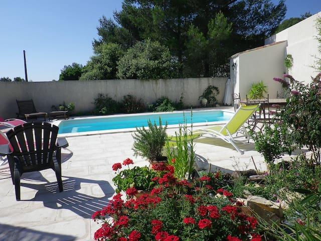 Studio meublé clim. piscine, parking,terrain boisé