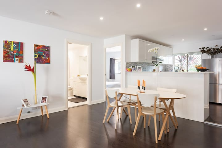 Modern Sydney Harbour apartment - pool & own bath