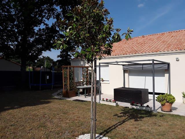Maison avec terrain  entièrement clôturé