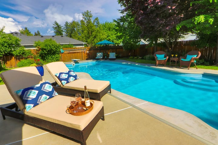 Great Home With Pool & Hot Tub - Walk to Town