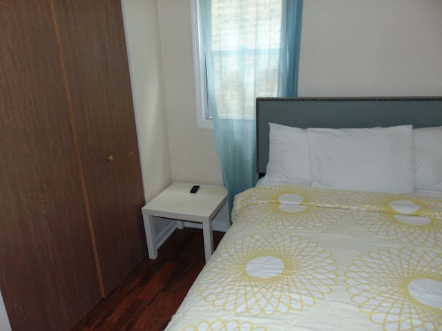 Relaxing private bedroom, AC,free WiFi,Netfix,park