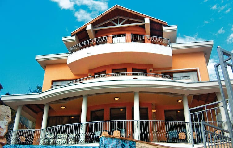 Holiday cottage with 6 bedrooms on 300 m² in Albena Resort