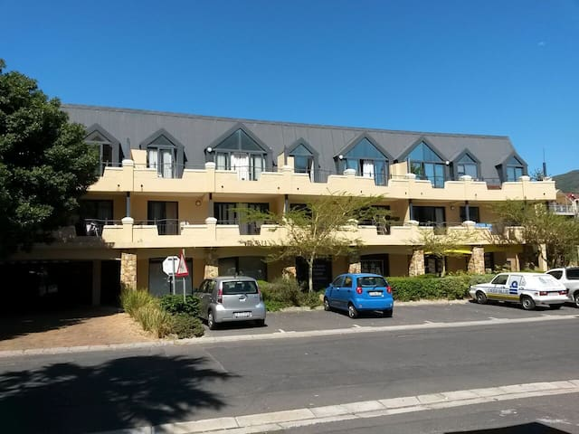 Furnished 2 Bed Apartment 100m from Hout Bay Beach