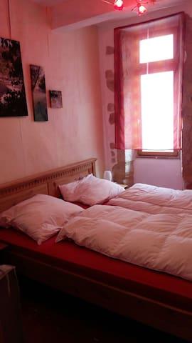 Schlafzimmer mit Doppelbett (1,60 breit) im 1. OG