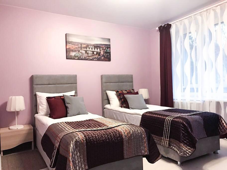 Вид номера с двумя односпальными кроватями.