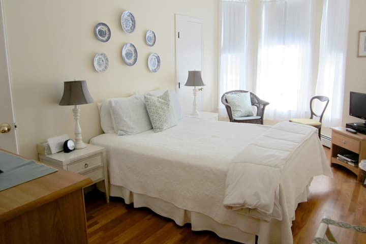 New England Room+Bkft (J)