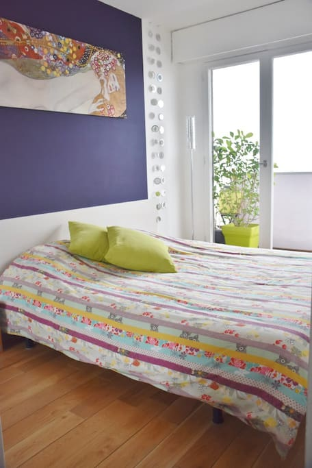 Double big bed and cupboard in the room / Grand lit et placard dans la chambre
