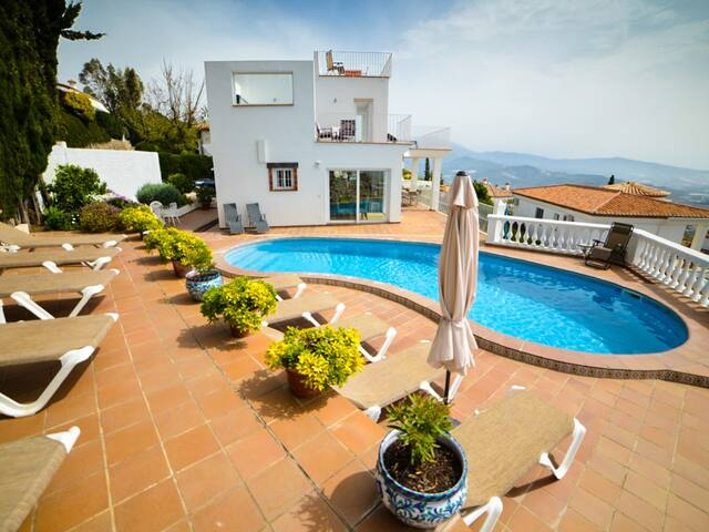 Spacious 5 bedroom villa with private pool and jacuzzi